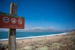 Signboard przy piekarz plażą z Golden Gate Bridge w plecy Obrazy Stock