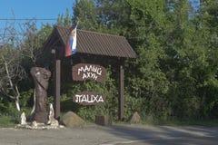 Signboard restauracyjny powikłany ` Patskha Maly Akhun ` obok drogi góra Duży Ahun Hosta okręg Obraz Stock
