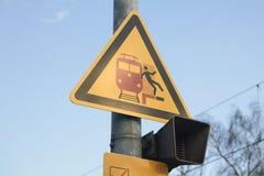 Signboard w niemieckim dworcu, wystrzega się ludzi płacić attent Zdjęcie Royalty Free