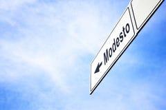 Signboard wskazuje w kierunku Modesto obraz stock