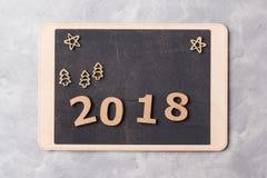 Signboard z 2018 na popielatym betonowym tle Nowego roku 2018 pojęcie Obrazy Stock