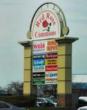 Signe à l'entrée au centre commercial rouge de Rose Commons image stock