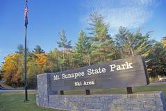 Signe à l'entrée au Mt Parc d'état de Sunapee, NH images libres de droits
