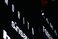 Signe électronique Enseignes au néon sur le mail de galaxie dans la nuit image libre de droits