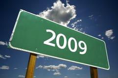 Signe 2009 de route avec les nuages excessifs Photo stock