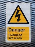 Signe aérien de fils de danger Photo stock