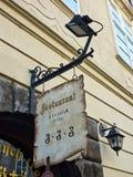 Signe accrochant de restaurant, Prague, République Tchèque photographie stock