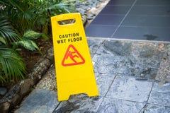 Signe affichant l'avertissement de l'étage humide d'attention Images stock