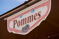 Signe allemand avec le mot Pommes, signifiant des puces photographie stock