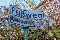 Signe allemand pour un sentier piéton photo stock