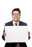 Signe asiatique de blanc de la prise a3 d'homme d'affaires avec 2 mains Images stock