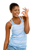 Signe assez jeune d'ok de femme d'Afro-américain d'isolement sur le blanc Photos stock
