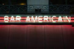 Signe au néon de bar américain image stock