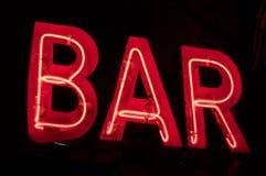 Signe au néon de BARRE d'oldschool rouge photos stock