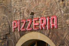Signe au néon de pizzeria images stock