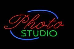 Signe au néon de studio de photo images libres de droits