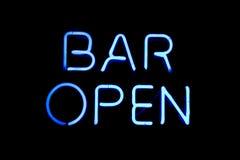 Signe au néon ouvert de bar Image stock