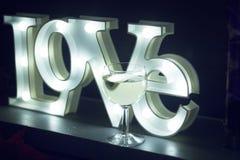 Signe au néon romantique d'amour la nuit Photographie stock libre de droits