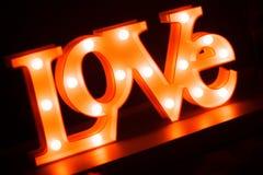 Signe au néon romantique d'amour la nuit Photos libres de droits