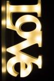 Signe au néon romantique d'amour la nuit Photos stock