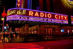 Signe au néon de théâtre de variétés par radio de ville Photo stock