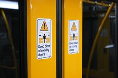 Signe automatique de porte de train photographie stock libre de droits
