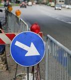 Signe avec la flèche aux travaux routiers Photo stock