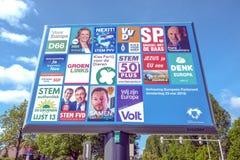 Signe avec les partis politiques et leur liste de tracteurs pour les ?lections europ?ennes image stock