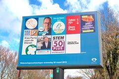 Signe avec les partis politiques et leur liste de tracteurs pour les ?lections provinciales de conseil et d'agence de l'eau photographie stock libre de droits