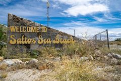 Signe bienvenu à la plage de mer de Salton, une petite ville située sur les rivages de la mer de Salton dans la Californie le com photos libres de droits