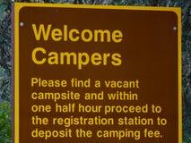 Signe bienvenu de campeurs avec des règles d'enregistrement Photos libres de droits