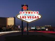 Signe bienvenu de Las Vegas au crépuscule Photos stock