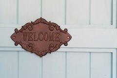 Signe bienvenu de vintage du café sur le fond en bois bleu de porte Image stock