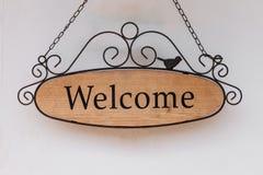 Signe bienvenu en bois accrochant sur le mur Photos libres de droits