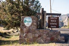 Signe bienvenu pour Smith Rock State Park, une partie de système de parc d'état d'Oregons photographie stock