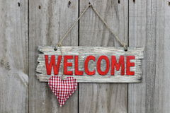 Signe bienvenu rouge avec le coeur à carreaux rouge Image libre de droits