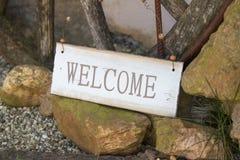 Signe bienvenu sur le côté d'un chemin de pied Photo stock