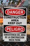 Signe bilingue de construction de danger photographie stock
