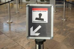 Signe bilingue de contr?le de douane ? l'a?roport international photos stock