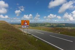 Signe bilingue de limitation de vitesse photos stock
