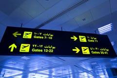 Signe bilingue de lumière d'aéroport images libres de droits