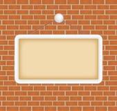 Signe blanc à un mur de briques Photos libres de droits