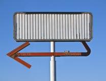 Signe blanc de flèche de cru Images stock