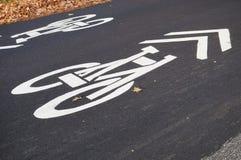 Signe blanc de voie pour bicyclettes marqué sur l'asphalte de route Image libre de droits