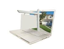 Signe blanc et ordinateur portatif d'immeubles images stock
