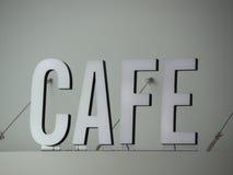 Signe blanc monté supérieur de café avec des fils Images stock