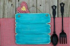 Signe bleu antique avec la cuillère et la fourchette de fonte Images stock