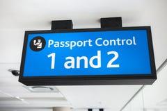 Signe bleu générique de contrôle de passeport à l'aéroport Photographie stock libre de droits