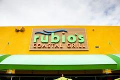 Signe côtier de restaurant du gril de Rubio photos stock