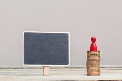 Signe carré avec la pile de pièce de monnaie et le gage rouge Photographie stock libre de droits